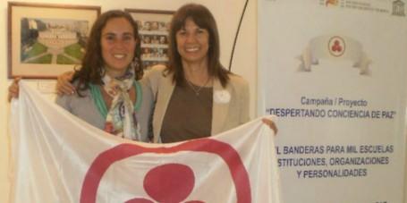 Pilar Suárez recibiendo el reconocimiento junto a Estela Tustanovsky