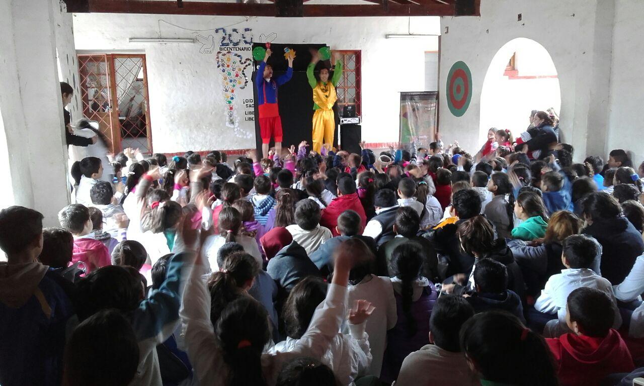 Mimo a la carta y títeres con papel en escuelas de Paraná