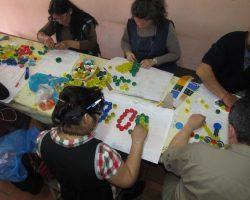 Taller de mural con tapitas para docentes